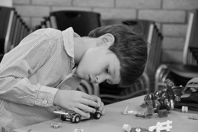 chlapec se stavebnicí