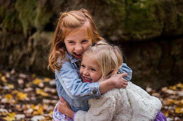 dvě dívky na podzim