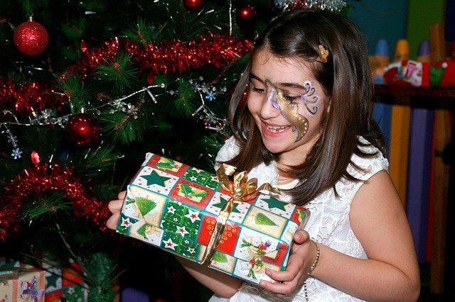 dívka s vánočním dárkem