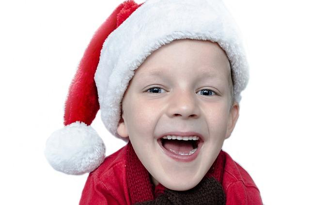 chlapec s vánoční čepicí