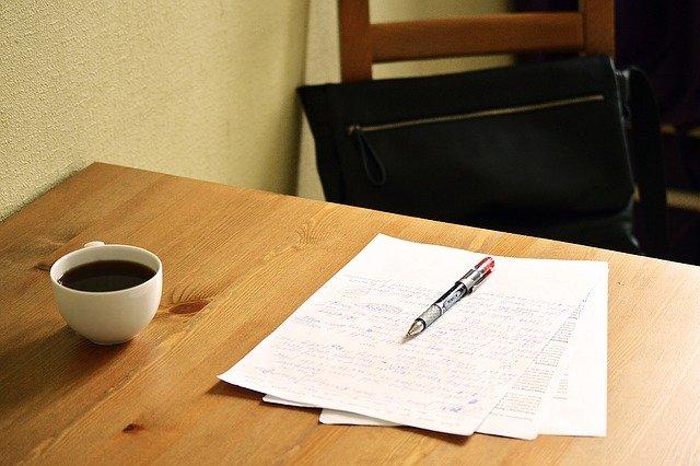 psaný text na stole s kávou