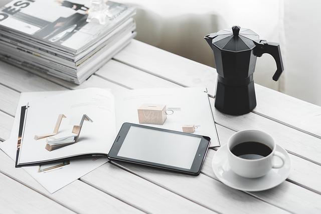 pracovní stůl se šálkem kávy