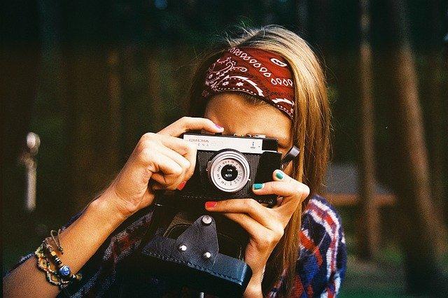 mladá fotografka za objektivem