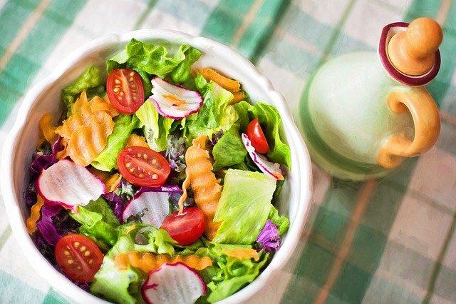 salát z čerstvé zeleniny se sýrem