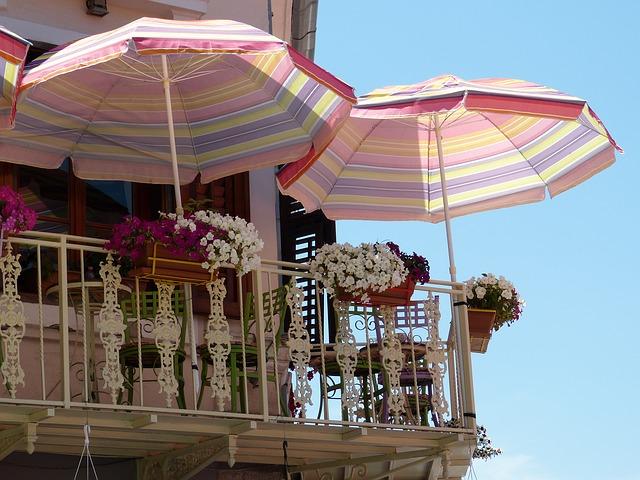balkon se slunečníky