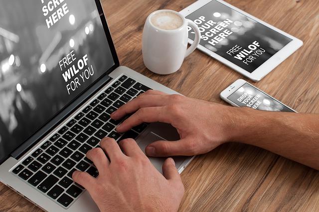 práce na MacBooku