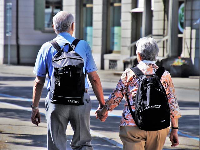 důchodci s batohy.jpg