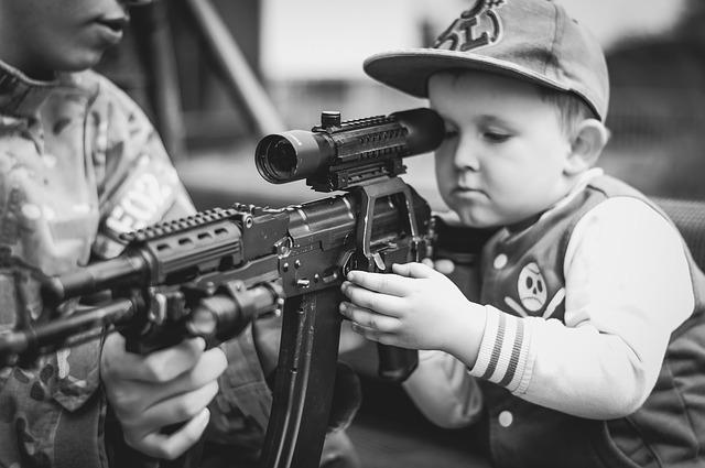 kluk se zbraní