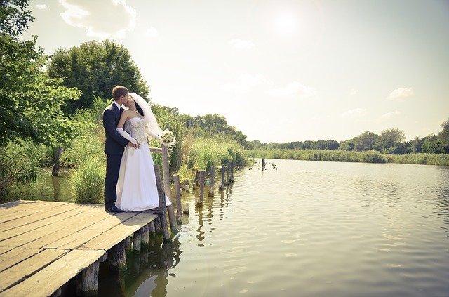 novomanželé u řeky