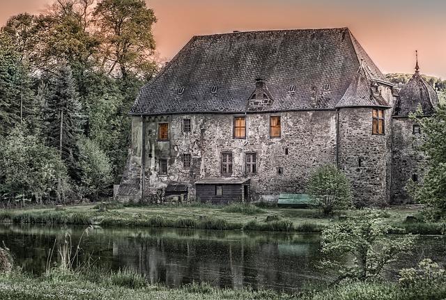 starý dům s jezírkem