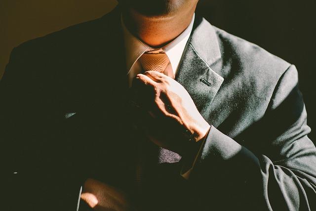 muž s kravatou