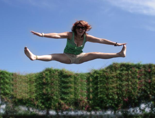 žena při výskoku
