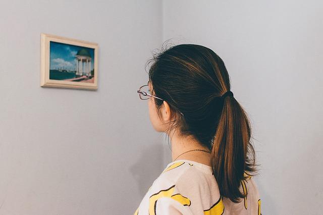 dívka u obrázku
