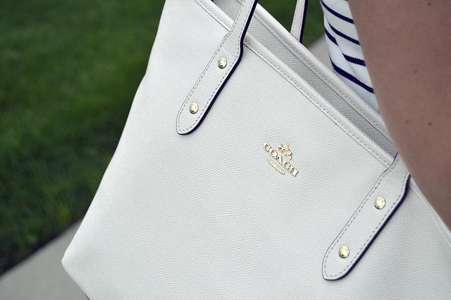 detail zlatého loga krémové kožené kabelky
