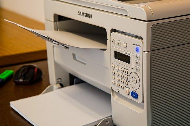 multifunkční tiskárna samsung – vyobrazená s papírem v zásobníku