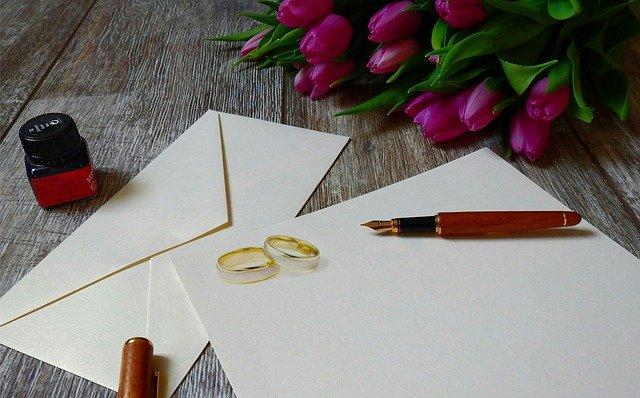 obálka s dopisem, prstýnky, květinou – jak jen napsat, že se chystá svatba