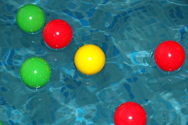 míčky v bazénu