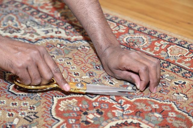 nůžky na koberci