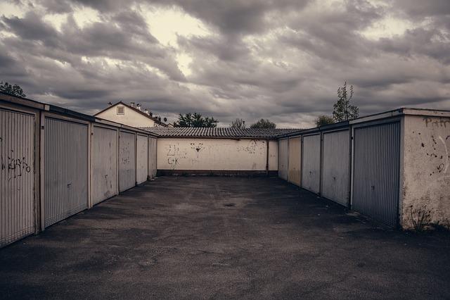 Staré garáže s posuvnými dveřmi