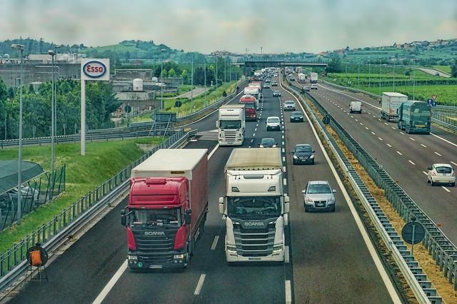 dva kamiony na dálnici