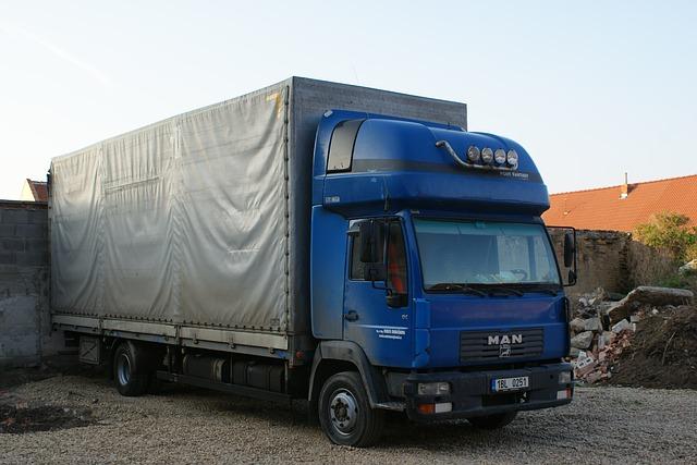 modrý kamion připravený vyjet