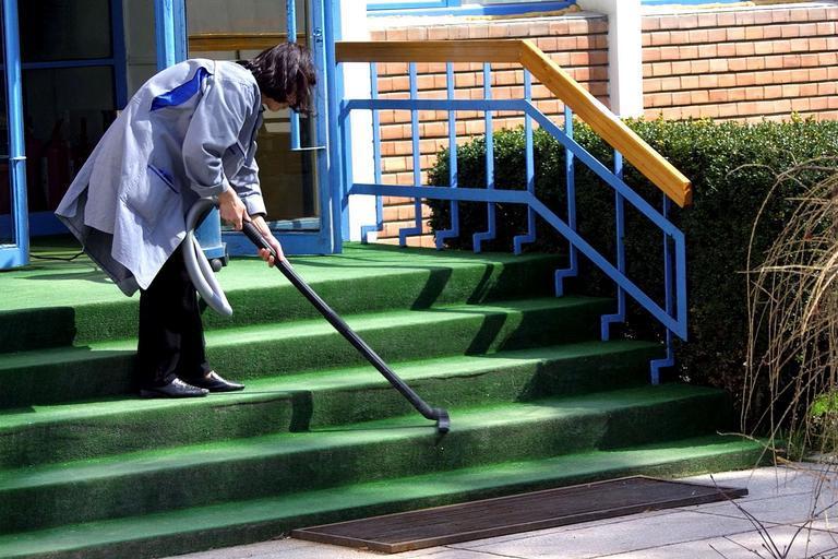 uklízečka na schodech