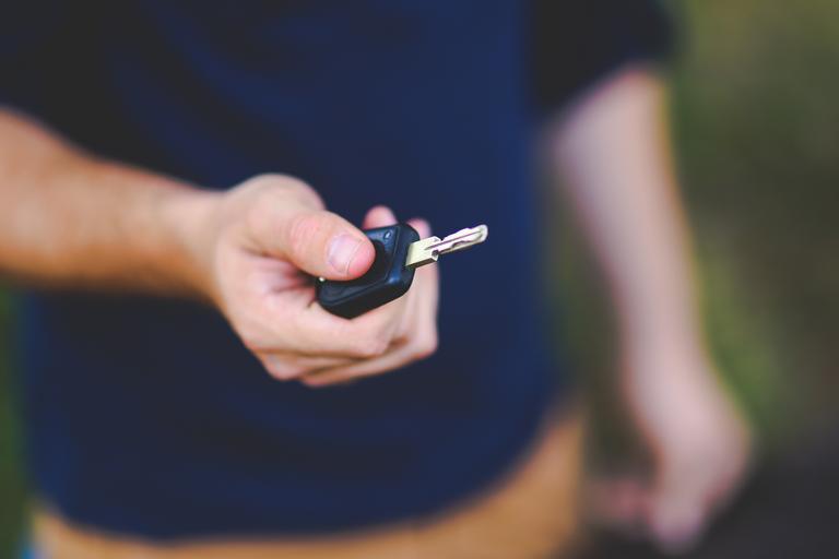 předání klíčků od auta