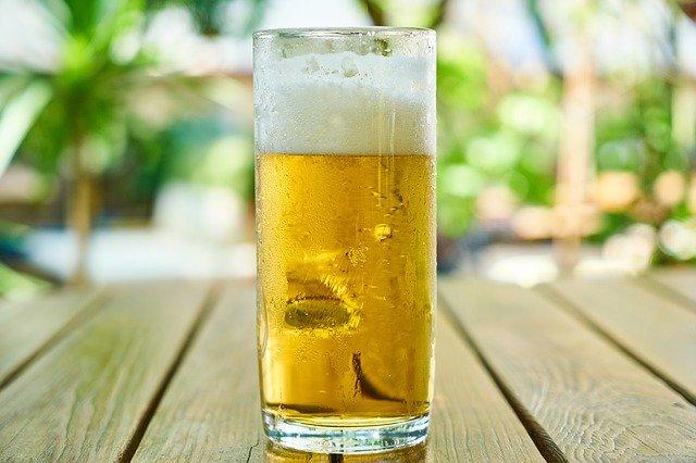 orosená sklenice piva