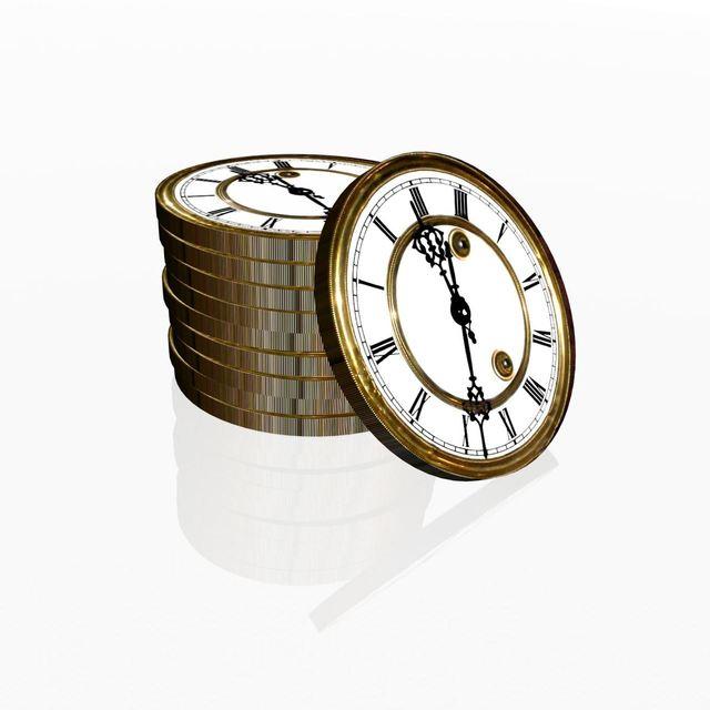 hodiny poskládané v mincích na sobě